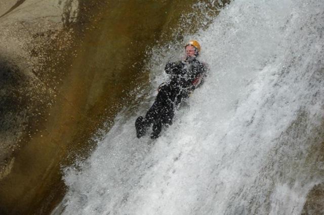 Die Canyoningtour nahe Sonthofen bietet eine Rutsche von 17 Meter Länge (wasserstandsabhängig).