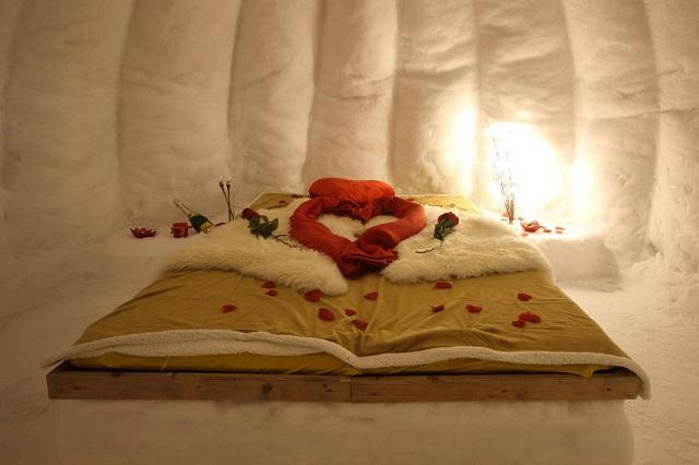 Im Romantik Iglu erwarten Euch kuschelige Schaffelle, Decken, Deko, Beleuchtung sowie Sekt und Süßes.
