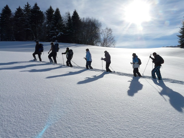 Neben einer klassischen Iglu Übernachtung könnt Ihr eine Schneeschuhwanderung …