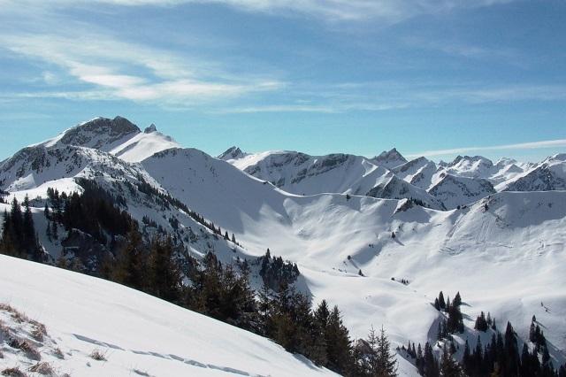 Das Iglu Dorf lieg in den Allgäuer Alpen, rund 30 km vom Kempten im Allgäu entfernt.