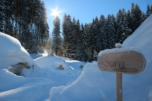 Mittagszeit im Igludorf: während unserer Schneeschuhwanderung oder dem Iglubaukurs stärken wir uns am Brotzeit-Buffet