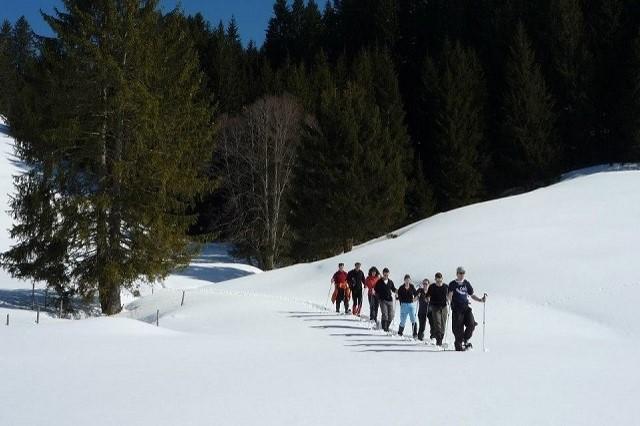 Nach einer Begrüßung ein Einweisung machen wir uns zu unserer Schneeschuhtour auf ...