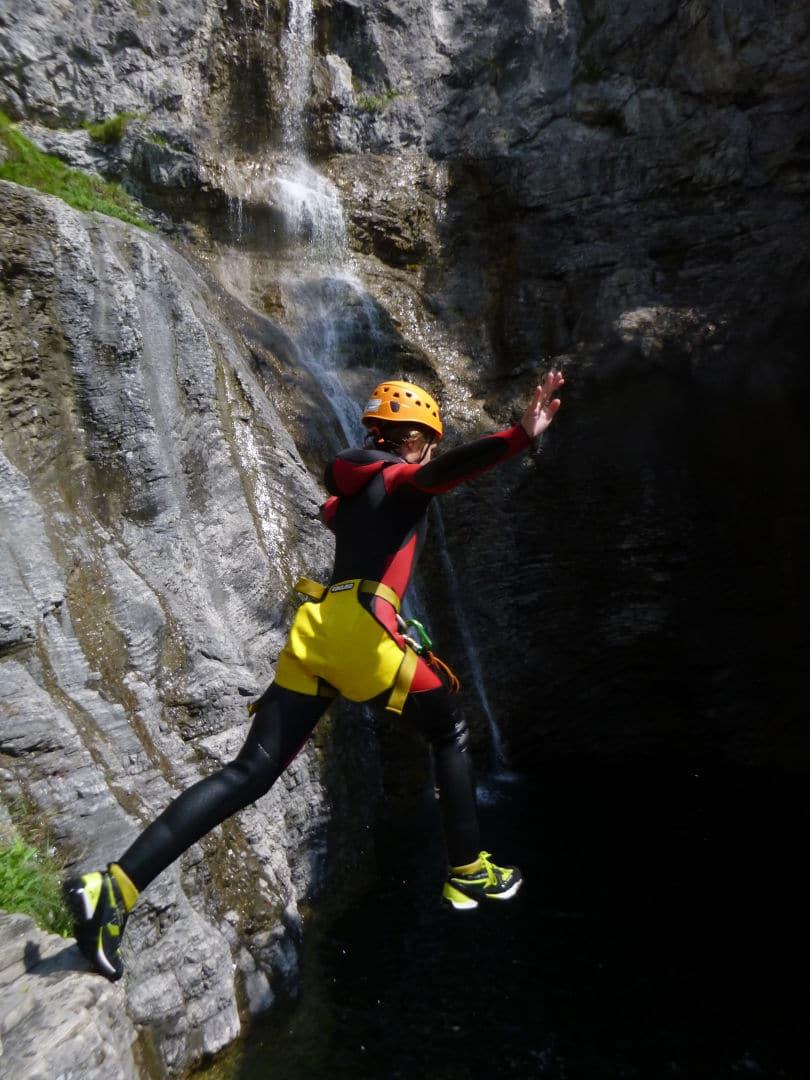 canyoning_sprung_licht_schatten_wasserfall
